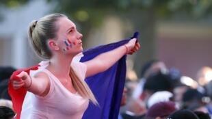 """Los fanáticos franceses se han agolpado desde principios de la tarde en las """"fan zones"""" para seguir el desenlace de la Eurocopa 2016."""