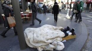 Apesar de o governo ter aberto ginásios esportivos e vagas adicionais nos abrigos públicos, moradores de rua ainda são vistos nas calçadas de Paris.