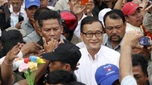 Bain de foule pour le leader de l'opposition du PSN, Sam Rainsy, à Phnom Penh le 26 août 2013.