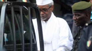 Hissène Habré escoltado por militares após ter sido ouvido pelo juíz a 2 de Julho de 2013 à Dakar.