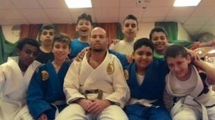 O carioca Marcos Gorinstein, ao centro, com seu alunos de Jiu-Jitsu em Jerusalém