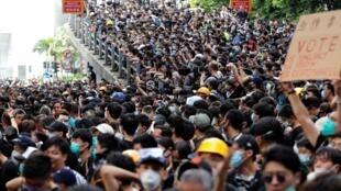 Đông đảo người biểu tình bao vây trụ sở cảnh sát Hồng Kông ngày 21/06/2019.
