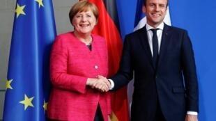 Thủ tướng Angela Merkel (T) và tổng thống Pháp Emmanuel Macron tại phủ thủ tướng Đức, Berlin, sau cuộc họp báo ngày 15/05/2017.