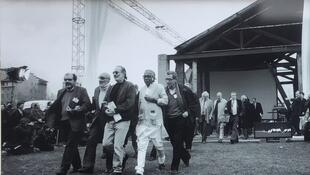 In 1995, to mark 100 years of cinema, filmmakers re-enacted 'Workers leaving the factory' at the original Lyon location. In the foreground, Carlos Diegues (Brazil), André de Toth, Jerry Schatzberg (USA), Mrinal Sen (India), Youssef Chahine (Egypt)