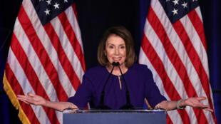 A líder democrata Nancy Pelosi celebra a vitória de seu partido na Câmara dos Representantes nos EUA.