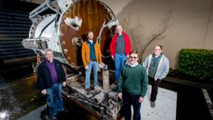 En 2015, une équipe de cinq chercheurs (ici sur la photo) a expérimenté un prototype immergé à dix mètres de profondeur dans l'océan Pacifique au large de la Californie.