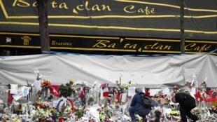 Homenagem às vítimas dos atentados em frente ao Bataclan.
