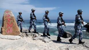 Des soldats chinois en patrouille sur une île de la mer de Chine.
