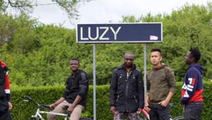 De gauche à droite: Esmatullah, Moussa, Roméo, Mahdi et Arsen, demandeurs d'asile ou réfugiés statutaires et luzicois.