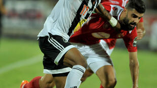 Adama Traoré (gauche), attaquant malien du TP Mazembe, lors de la demi-finale face à l'Etoile Sportive du Sahel (Tunisie).