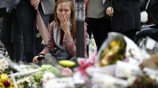 Homenagens às vítimas dos atentados de Paris em frente ao restaurante o Petit Cambodge.