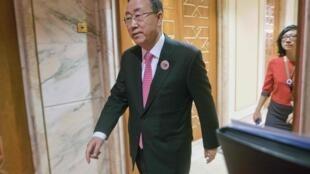 Генеральный секретарь ООН Пан Ги Мун перед началом встречи с Джоном Керри в Кувейте 15/01/2014