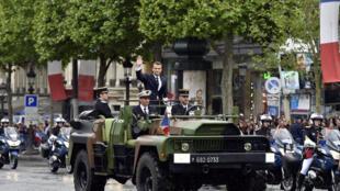 法国新总统马克龙就职后乘坐军事指挥车前往凯旋门