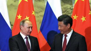 Chủ tịch Trung Quốc Tập Cận Bình tiếp đồng nhiệm Nga Vladimir Poutine (T) tại Bắc Kinh, ngày 25/06/2016.