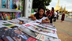 Depois de meio século de monópolio estatal, jornais privados voltaram a circular em Mianmar, ex-Birmânia, nesta segunda-feira, 1° de abril de 2013.