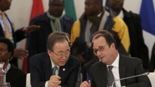 Le secrétaire général des Nations unies Ban Ki-moon et le président français François Hollande, lors de la conférence mondiale sur le climat, au Bourget (près de Paris), le 1er décembre 2015.