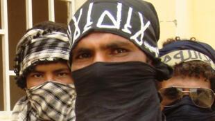 Un moudjahidine au visage dissimulé chargé de garder la ville de Tombouctou.