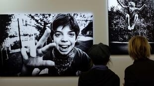 Vue de l'exposition «Être beau» sur la beauté et le handicap, à l'occasion de la Journée mondiale des personnes handicapées, au Musée de l'Homme, à Paris.