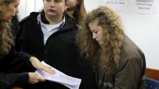 A jovem Ahed Tamimi ao lado da sua advogada durante a comparência perante o tribunal militar da prisão de Ofer, próximo de Ramallah nesta terça-feira.13 de Fevereiro de 2018