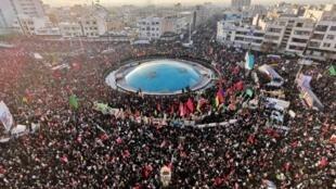 Multidão acompanha funeral de Qassem Soleimani no Irã, segunda-feira, 6 de janeiro de 2020.
