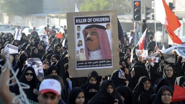 La foule s'en est pris au roi Hamad II lors des funérailles d'un manifestant de 16 ans tué à Sitra, au sud de Manama, le 19 novembre 2011.