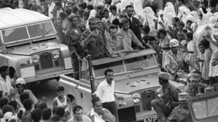 Après deux mois de luttes pour le pouvoir et de combats sanglants, le colonel Houari Boumediène (C), qui poursuit sa marche vers Alger à la tête de l'Armée nationale populaire (ANP), traverse la ville de Blida où il reçoit un accueil enthousiaste.