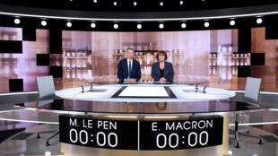 法国电视一台与二台两位电视辩论主持人心怀忐忑,准备就绪。