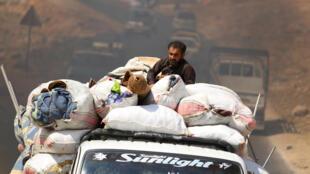 Des civils arrivent près d'un camp de déplacés à proximité de la frontière turque après avoir fui les bombardements dans la région d'Idleb, le 9 septembre 2018.