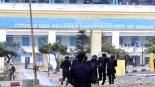 Des heurts entre la police et les étudiants de l'université Cheikh Anta Diop de Dakar le 16 mai 2018, le lendemain de la mort de Fallou Sène, étudiant de l'université de Saint-Louis, tué par les forces de l'ordre lors d'une manifestation.  .