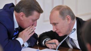 2016年8月12日普京突然解除親密近臣職權 Sergueï Ivanov (左)的職權,圖為兩人在2012年11月。