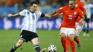 Lionel Messi e Wesley Sneijder disputam bola na semifinal Argentina-Holanda.