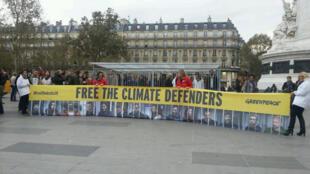 В Париже прошла акция в защиту экологов Arctic Sunrise