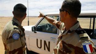 Soldados de las Naciones Unidas en el Sahara Occidental, en 2004.