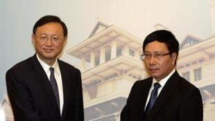 Ngoại trưởng Việt Nam Phạm Bình Minh tiếp Ủy viên Quốc vụ viện Trung Quốc Dương Khiết Trì - Ảnh : Reuters