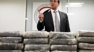 Bộ trưởng Nội Vụ Pháp Manuel Valls bên cạnh các gói cocain giấu trong nhiều vali đến từ Venezuela, bị tịch thu ở sân bay Roissy Charles de Gaulle, ngày 21/09/2013.