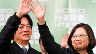 Tổng thống Đài Loan Thái Anh Văn (P) và ông Lại Thanh Đức (William Lai), phó tổng thống tranh cử, sau chiến thắng ngày 11/01/2020, bên ngoài trụ sở của đảng Dân Tiến tại Đài Bắc.