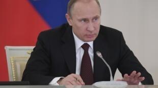 El presidente ruso Valdimir Putin participa en una reunión sobre temas sociales y de desarrollo económico en el Kremlin, Moscú, el 23 de diciembre de 2013.