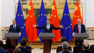 Thủ tướng Trung Quốc Lý Khắc Cường (giữa) họp báo với chủ tịch Hội Đồng Châu Âu Donald Tusk (trái) và chủ tịch Ủy Ban Châu Âu Jean Claude Juncker tại Bắc Kinh ngày 06/07/2018.
