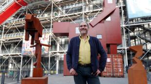 """Artista holandês Joep Van Lieshout diante da obra """"Domestikator"""", exposta no pátio externo do Beaubourg."""