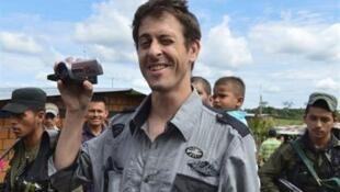 Nhà báo Romeo Langlois (giữa) được trao trả cho Hội chữ thập Đỏ, ngày 30/05/2012. Bên cạnh nhà báo Pháp là các binh sĩ quân nổi dậy Farc.
