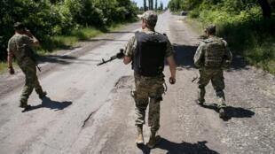 Soldados de Kiev patrulham cercanias de Donetsk, no leste separatista da Ucrânia
