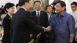 Tổng thống Philippines Duterte (P) đón tiếp phó thủ tướng Trung Quốc Uông Dương (Wang Yang) tại Davao, ngày 17/03/2017.