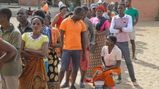 Populares aguardam pela sua vez para votar para as eleições autárquicas, em Maputo, Moçambique, 10 de outubro de 2018.