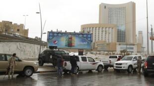 Forças de segurança cercaram hotel Corinthia, depois de um violento atentado em Trípoli nesta terça-feira (27).