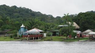 Vila Brasil, vilarejo vizinho da cidade de Camopi, na Guiana Francesa, na região do rio Oiapoque