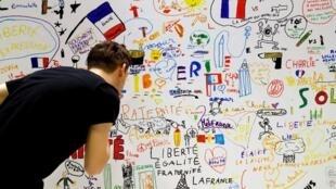 С 6 по 12 июня в здании парижской мэрии проходит выставка детских рисунков, присланных в редакцию Charlie Hebdo после теракта