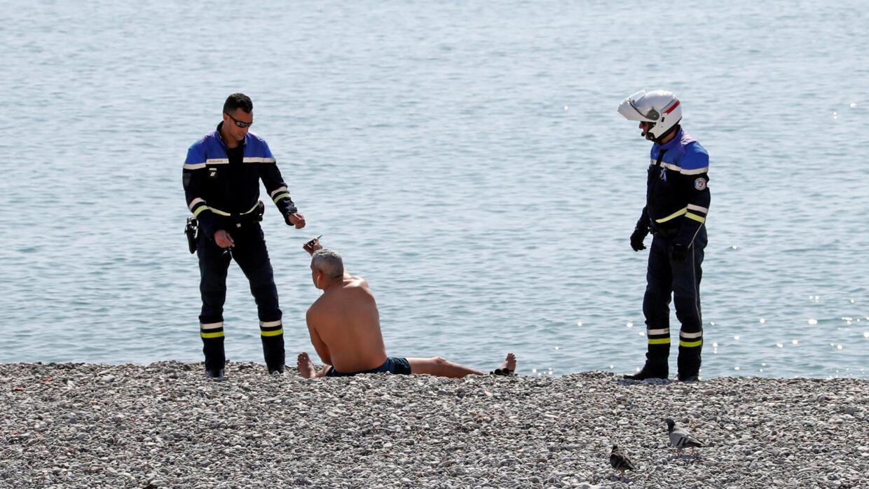 Контроль на пляже в Ницце.