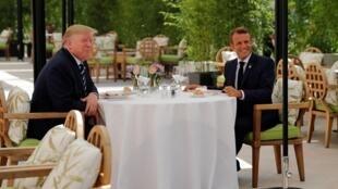 Shugaban Amurka Donald Trump da takwaransa na Faransa Emmanuel Macron yayin cin abincin rana gabannin soma taron kasashen G7 a Biarritz dake Faransa. 24/8/2019.