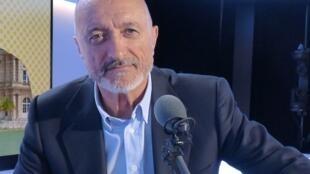 Arturo Pérez Reverte en los estudios de RFI
