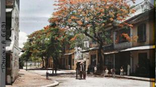 Phố Hàng Chén tại Hà Nội (tên cũ thời Pháp : Rue des Tasses), tháng 7-8 năm 1915. Ảnh Léon Busy (inv. A006691). Bộ sưu tập: Archives de la Planète